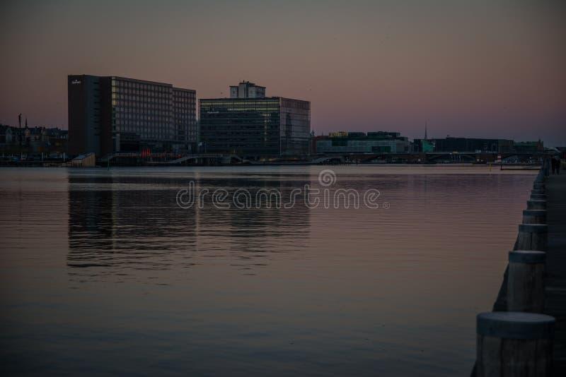 Nuevos edificios en el puerto de Copenhague dinamarca foto de archivo