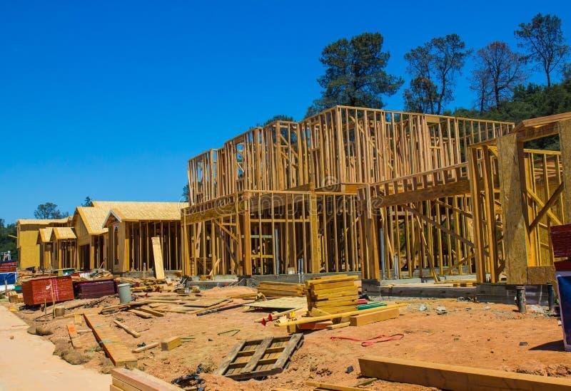 Nuevos hogares múltiples bajo construcción imágenes de archivo libres de regalías
