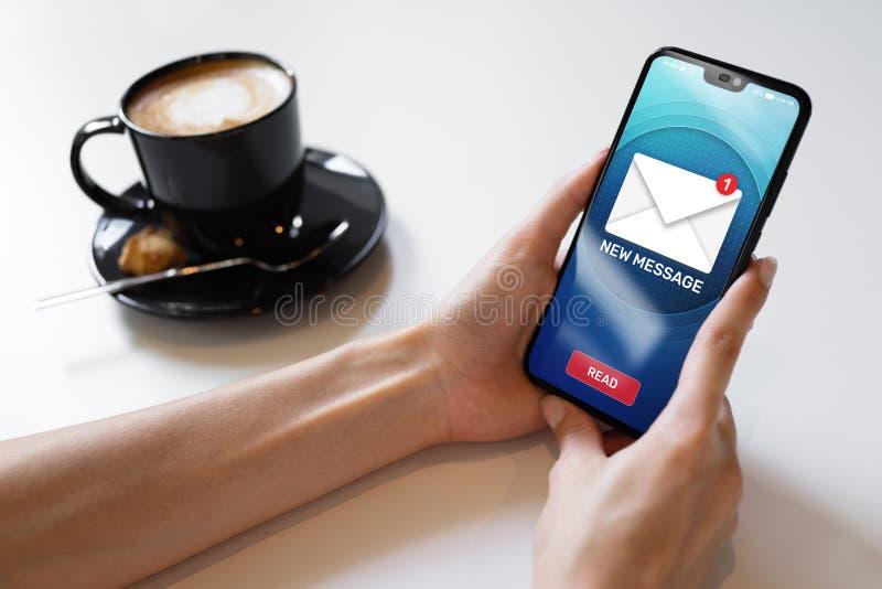 Nuevos iconos del mensaje en la pantalla del teléfono móvil Concepto de la comunicación empresarial, de Internet y de la tecnolog imagenes de archivo