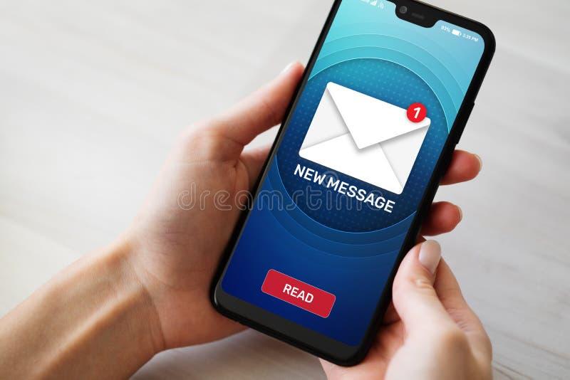 Nuevos iconos del mensaje en la pantalla del teléfono móvil Concepto de la comunicación empresarial, de Internet y de la tecnolog fotos de archivo