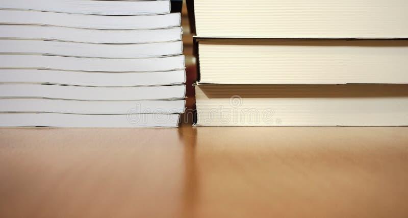 Nuevos libros con el documento blanco de la hoja sobre la tabla del te foto de archivo