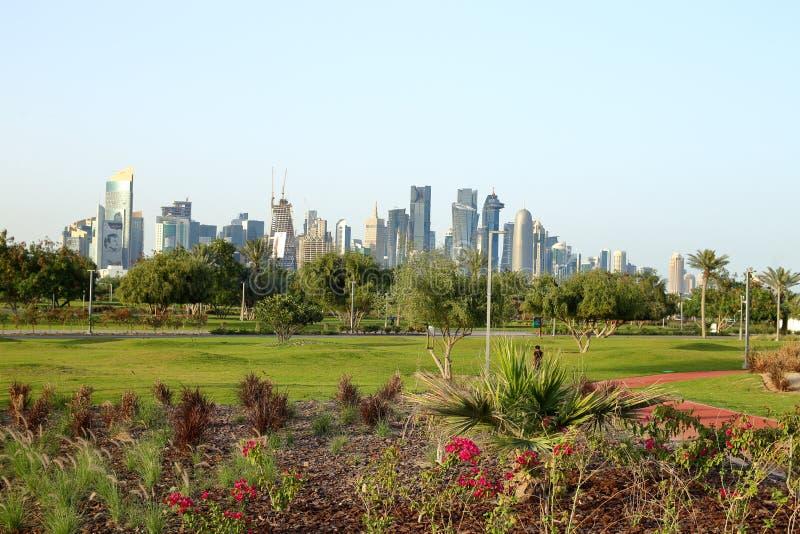 Nuevos macizos de flores en el parque de Bidda, Qatar imagenes de archivo