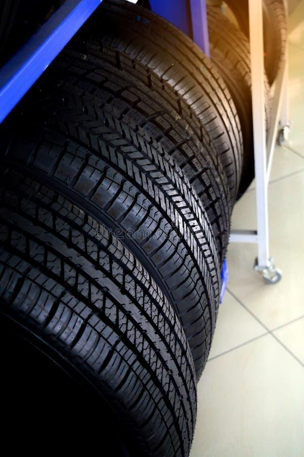 Nuevos neumáticos que se almacena en el estante Taller del coche, reparación del coche foto de archivo libre de regalías