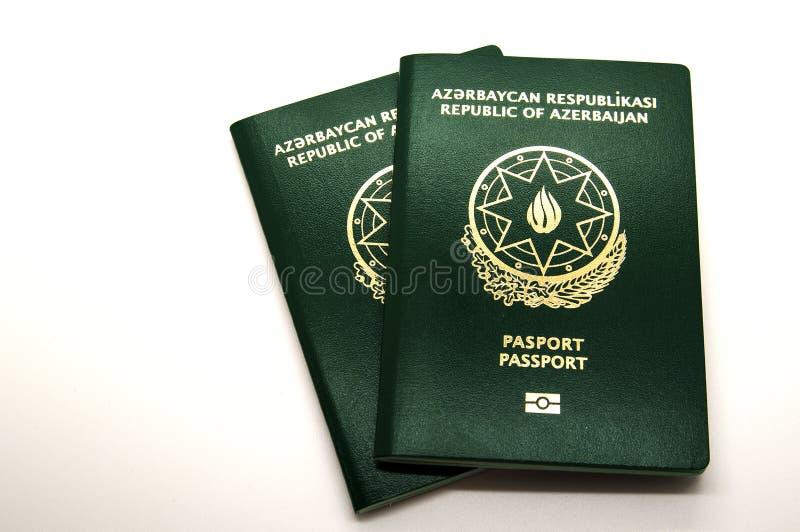 Nuevos pasaportes de Azerbaijan con el microchip fotos de archivo libres de regalías