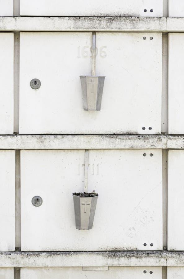 Nuevos sepulcros en un cementerio fotografía de archivo