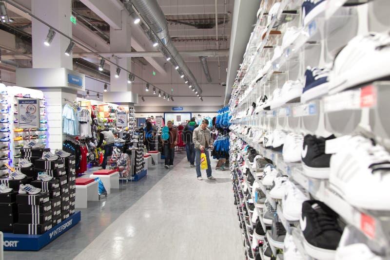 Nuevos zapatos de la tienda imágenes de archivo libres de regalías