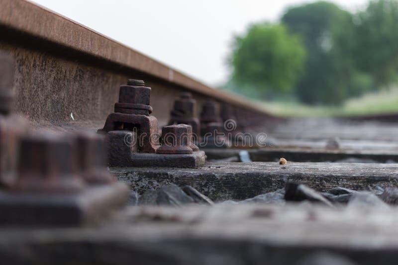 Nuez y perno en pista ferroviaria imágenes de archivo libres de regalías