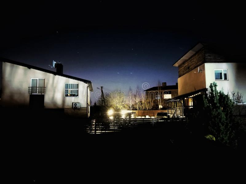 Nuit à la maison images stock