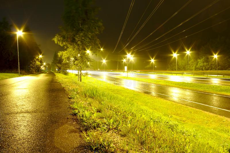 Nuit à la route images stock