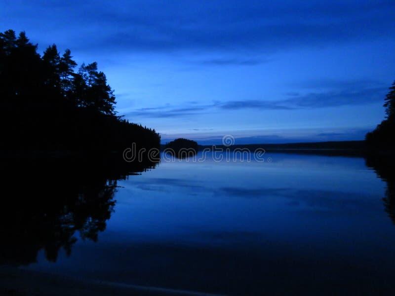Nuit à une île suédoise images stock