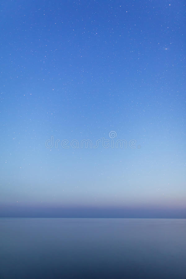 Nuit étoilée au-dessus de mer calme photo libre de droits