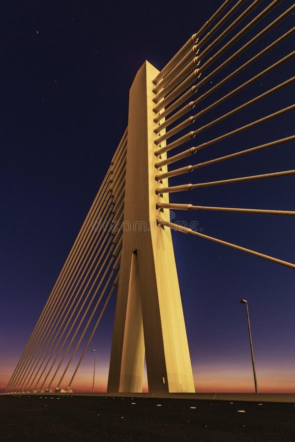 Nuit étoilée de construction magnifique éclairée par la lune de pont photographie stock libre de droits
