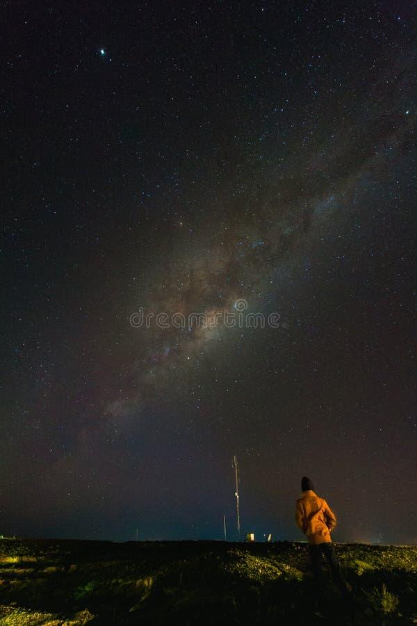 Nuit étoilée en-dessous de milliard d'étoiles photographie stock libre de droits