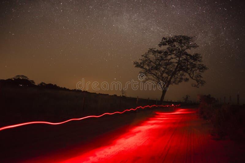 Nuit étoilée sur la route rurale - Amérique du Sud image stock