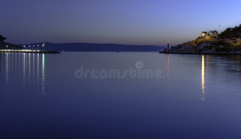 Nuit au-dessus de bord de mer et de Mer Adriatique dans Makarska, Dalmatie, Croatie image libre de droits