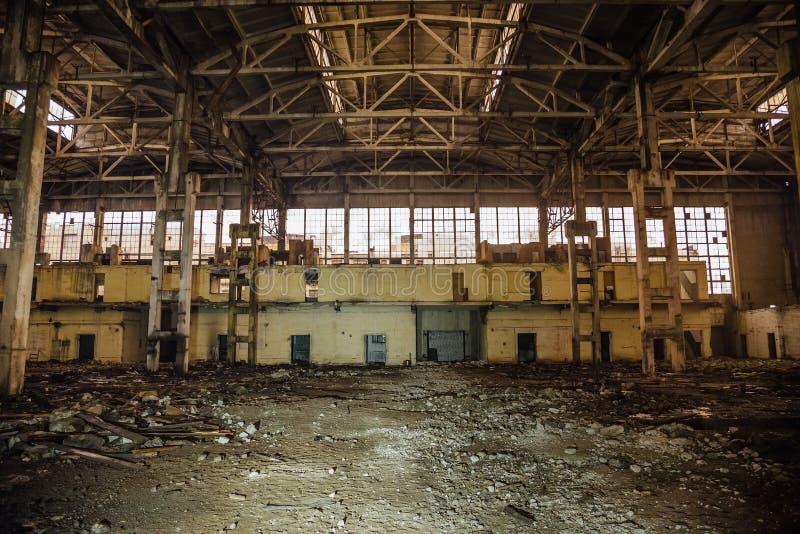 Nuit au grand hall industriel abandonné avec des déchets Usine de fabrication d'excavatrice de Voronezh photos stock