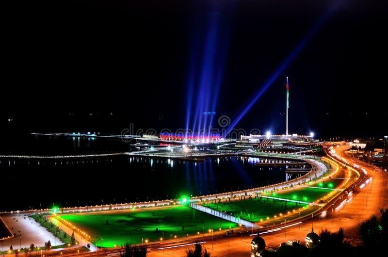 Nuit Bakou Types de boulevards sur le rivage de la Mer Caspienne photo stock
