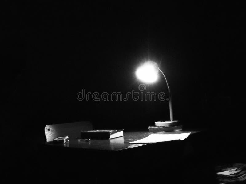 Nuit, bureau, poète, livre images stock