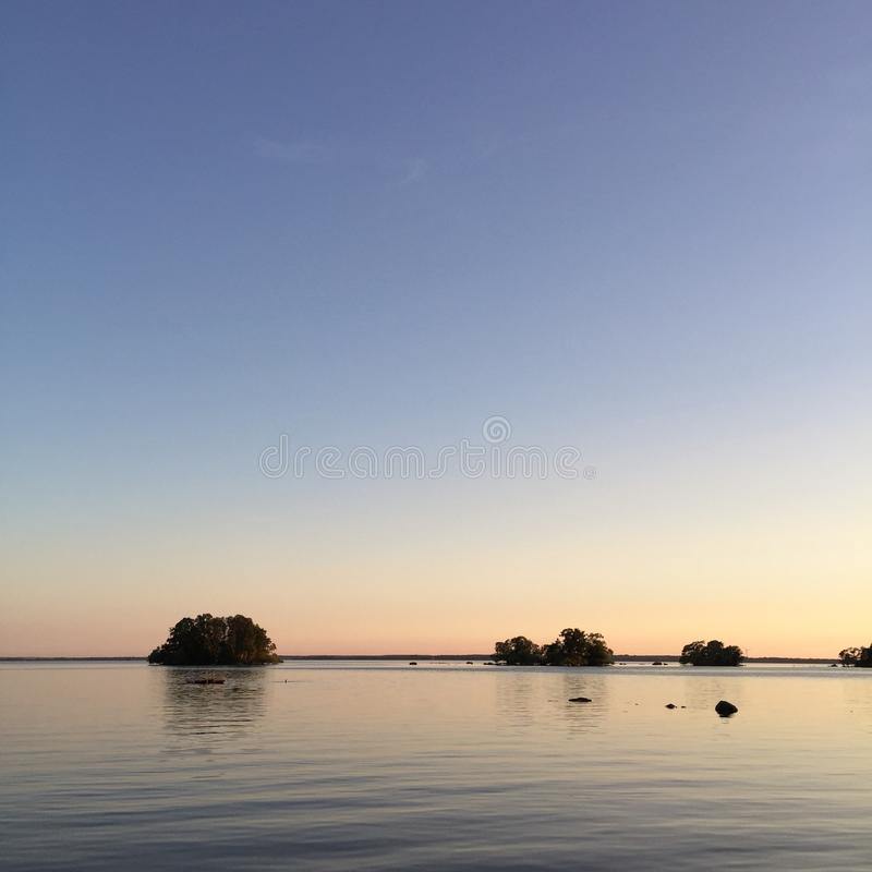 Nuit calme et eau, lac Hjälmaren, Suède photographie stock libre de droits