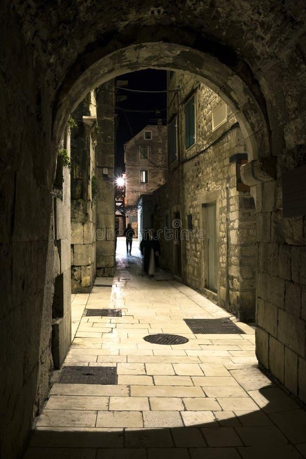 Nuit calme sur la rue en pierre thinny images stock