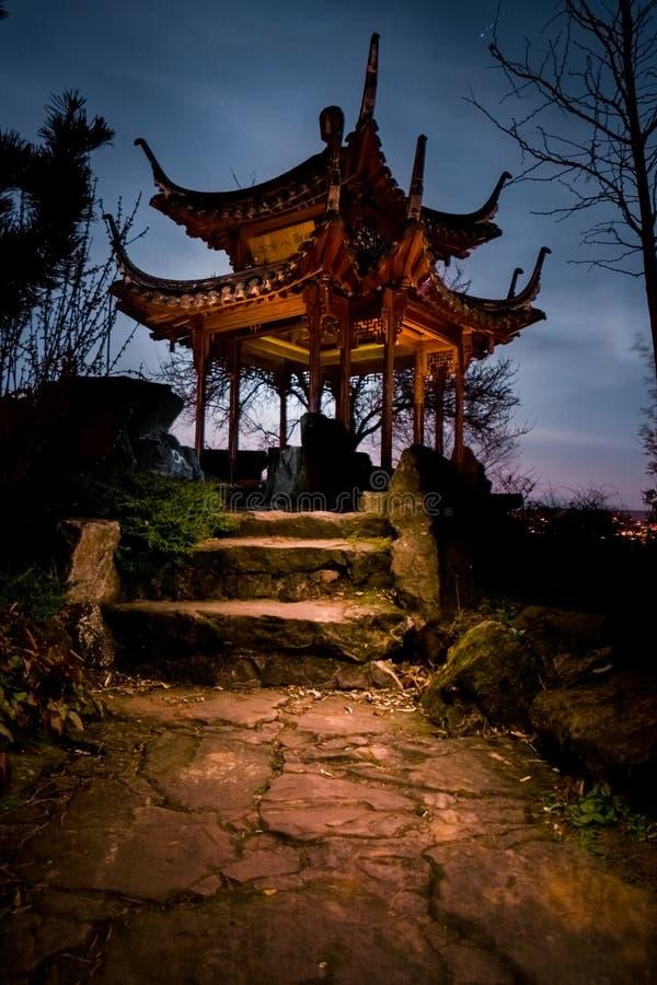 Nuit chinoise Glowin de Stuttgart de temple de bâtiment de jardin de tour photographie stock libre de droits