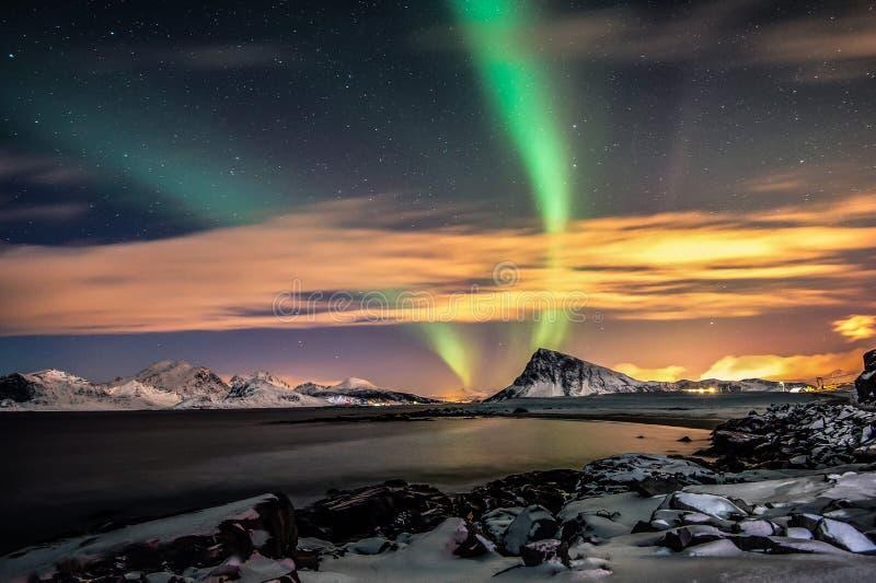 Nuit colorée et la dame magique l'aurore photographie stock libre de droits