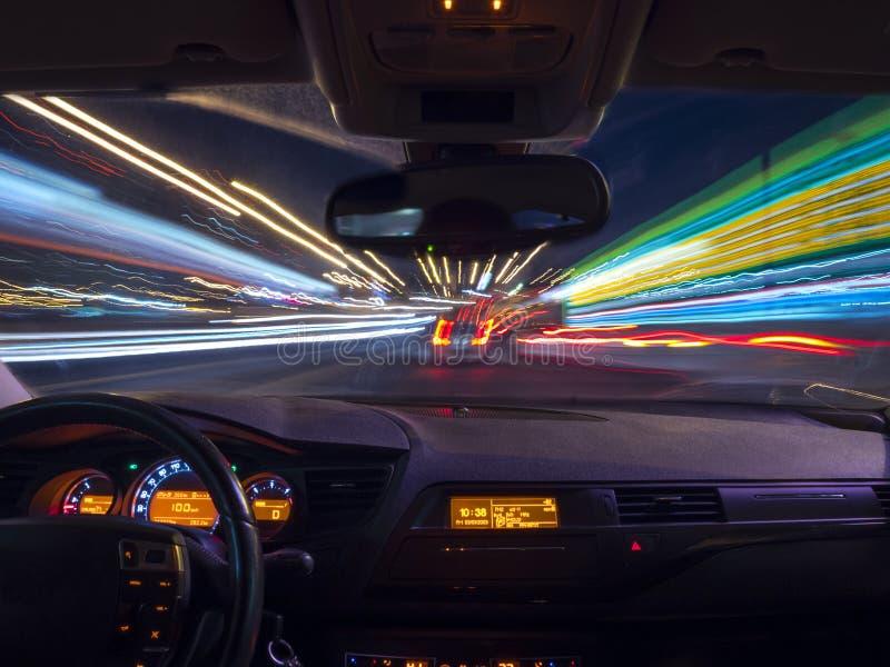 Nuit conduisant, vue de l'intérieur de voiture photo stock