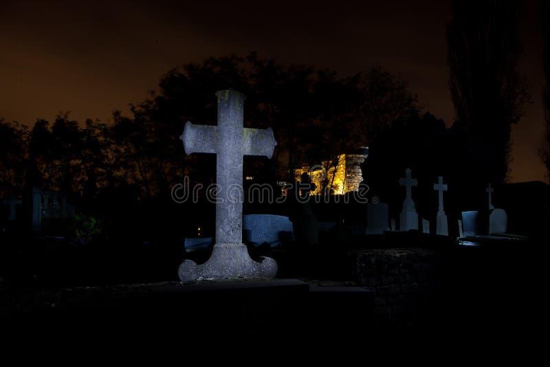 Nuit croisée de pierres tombales de cimetière de cimetière, Louvain, Belgique image libre de droits