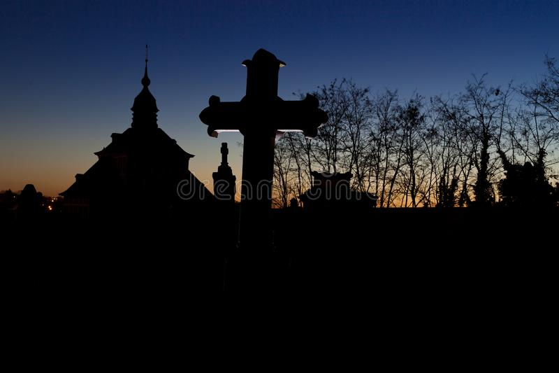 Nuit crois?e de pierre tombale de cimeti?re de cimeti?re, Louvain, Belgique photos libres de droits