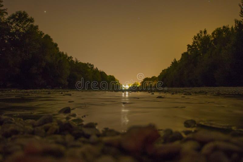 Nuit d'été à la rivière photos libres de droits