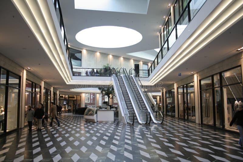 Download Nuit d'architecture image stock. Image du centre, intérieur - 2141561