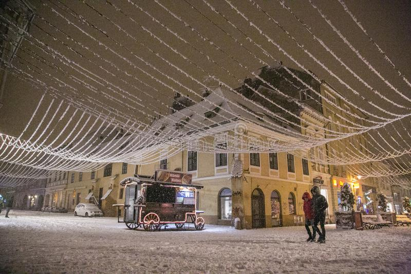 Nuit d'hiver en Brasov photographie stock