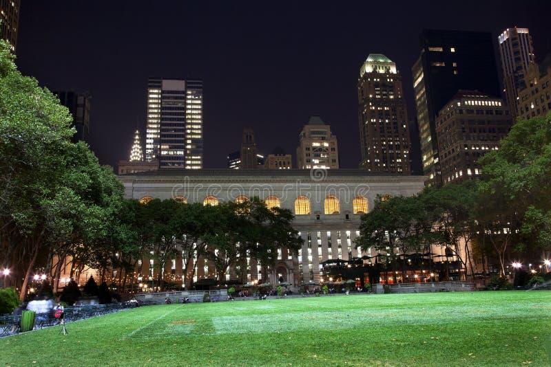 Nuit d'horizon de New York City de stationnement de Bryant photographie stock libre de droits