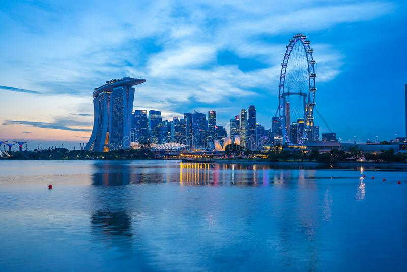 Nuit d'horizon de ville de Singapour avec la vue de Marina Bay image stock