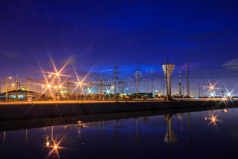 Nuit d'industrie images stock