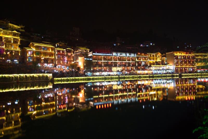 Nuit dans la ville Fenghuang photo stock