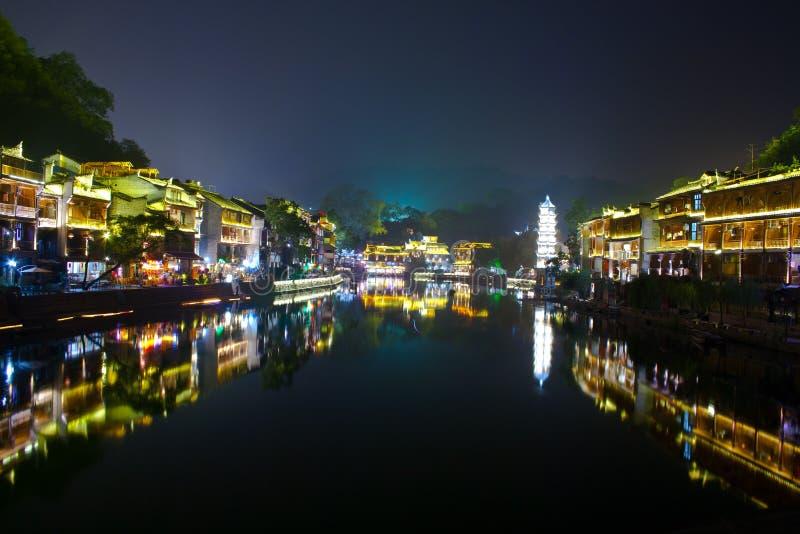 Nuit dans la ville Fenghuang photographie stock libre de droits