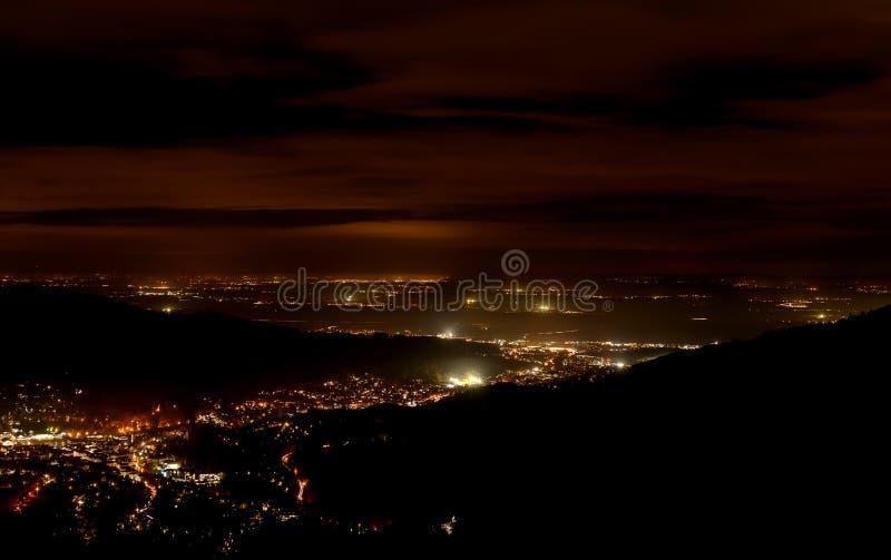 Nuit de Baden-Baden Vue aérienne de scintillement du centre ville Bâtiments lumineux et ciel bleu profond photos libres de droits