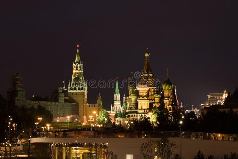 Nuit de cathédrale du ` s de Moscou Kremlin et de St Basil photo stock