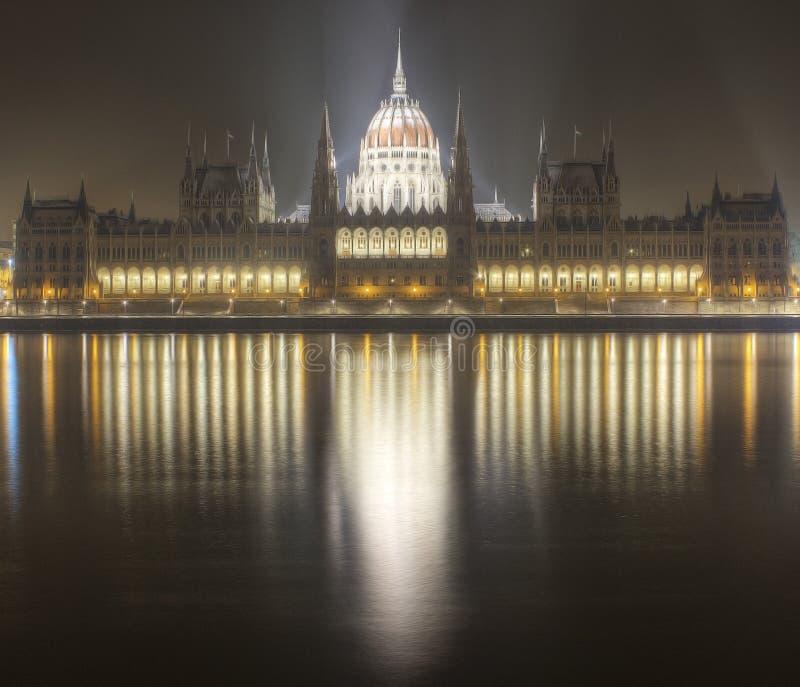 Nuit de construction du parlement de Budapest images libres de droits