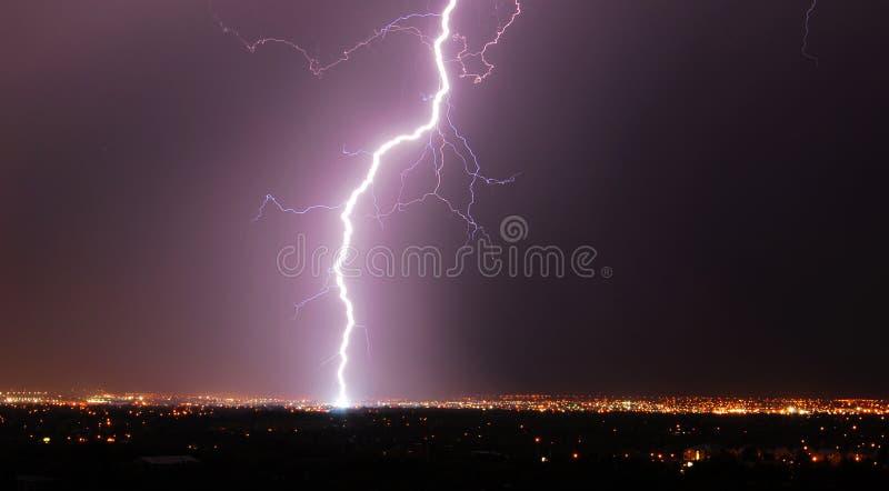 Nuit de foudre dans la ville Edmonton photographie stock