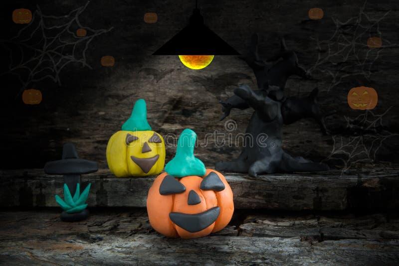 Nuit de Halloween avec de la pâte à modeler sur le faible fond clair photographie stock