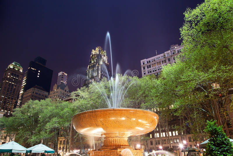 Nuit de New York City de stationnement de Bryant de fontaine image libre de droits