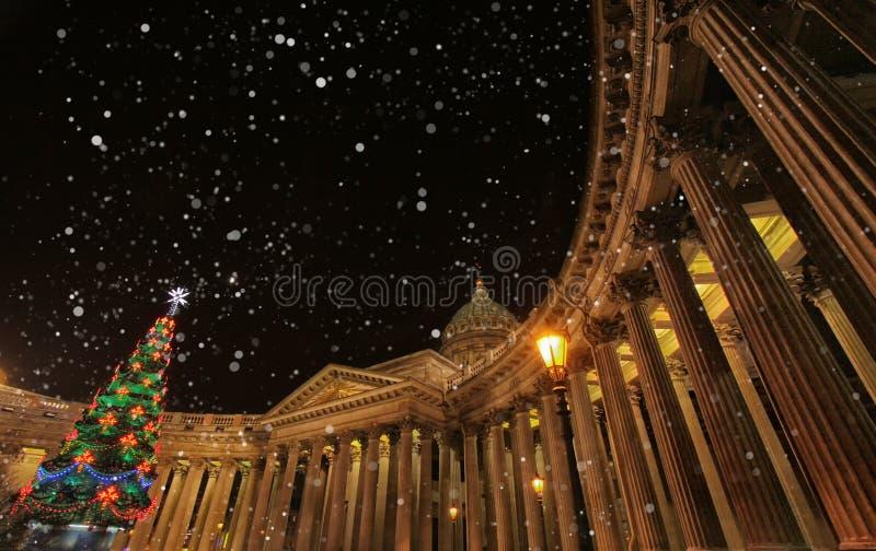 Nuit de Noël magique à St Petersburg, hiver en Russie Cathédrale de Kazan ou Madame de Kazan images stock