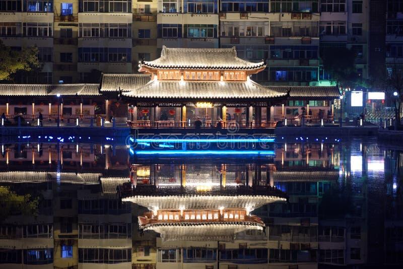 nuit de parc de pavillon de pavillon-Ruzi de Mi-lac photographie stock