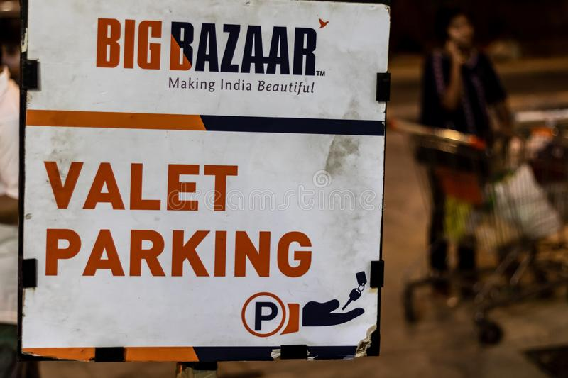 Nuit de Parking Board In de valet de Bigbazaar, Mumbai, Inde images libres de droits