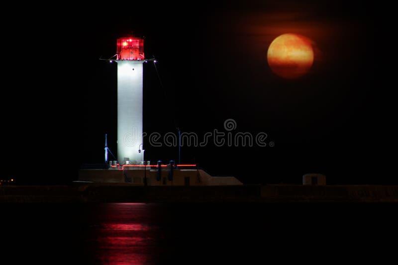 Nuit de phare de Vorontsov contre l'augmentation de la grande lune rouge photo libre de droits