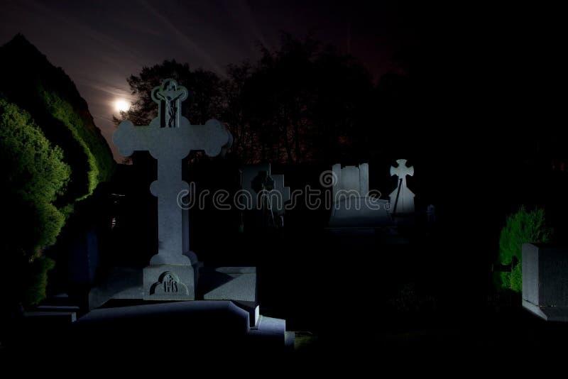 Nuit de pierres tombales de cimetière de cimetière photographie stock libre de droits