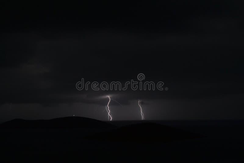 Nuit de pluie de foudre photographie stock libre de droits