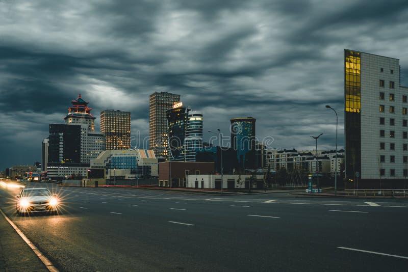 Nuit de rue à Astana avec la vue au-dessus de la ville Kazakhstan images libres de droits